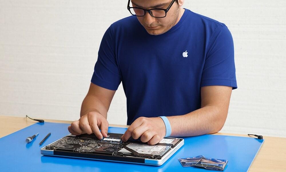 Apple servis tehničar popravlja laptop MacBook Pro i radi Besplatnu dijagnostiku kvara.